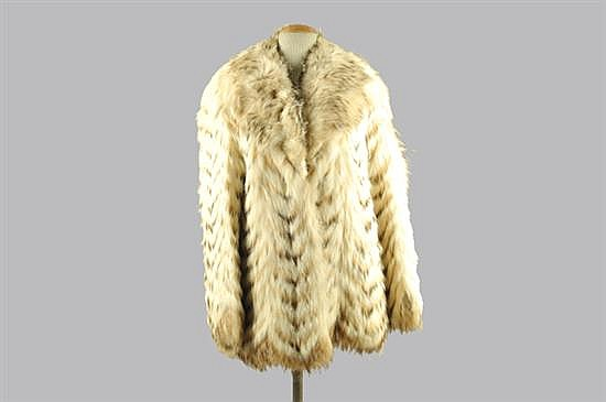 Abrigo corto. Manuel Herrero (Peletero) Elaborado en piel de zorro blanco. Diseño con 2 bolsillos exteriores. Talla mediana.