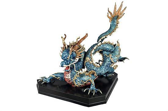 Gran Dragón. Origen español. Elaborado en porcelana Lladró, acabado brillante. Diseño esmaltado con vivos en color azul, rojo y dorado.