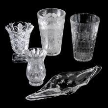 Artículos decorativos. Siglo XX. Elaborados en cristal.Consta de: centro de mesa de Murano y 4 floreros facetados. Piezas: 5