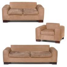 Sala. Siglo XX. Estructura de madera. Con respaldos, asientos en tapicería de gamuza color café y soportes lisos. Piezas: 3