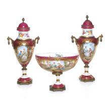 Guarnición. Francia. Siglo XX. Elaborada en porcelana Limoges, color guinda y blanco. Piezas: 3