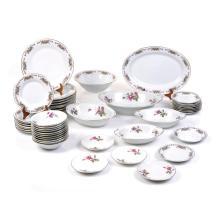 Servicio abrierto de vajilla. Origen oriental. S. XX. Elaborado en porcelana China. Color blanco Decorado motivos florales. Piezas: 47