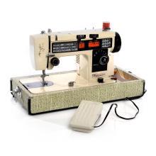 Máquina de coser. Taiwán. Siglo XX. Marca Poseidon. Serie 852585. Estructura de metal laqueado color beige. Mecanismo eléctrico.
