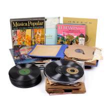 Lote de discos de viníl. Siglo XX. Diferentes temas y artistas. Marcas de uso y detalles de conservación. Piezas: 130