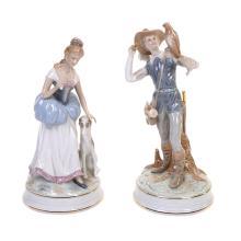 Figuras decorativas. México. Elaboradas en porcelana. Acabado brillante. Consta de: a) Dama con perro. b) Jóven con águila. Piezas: 2