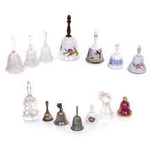 Lote de 14 campanas de servicio. S. XX. Elaborados en diferentes materiales. Consta de: a) 6 campanas de porcelana. Otras.