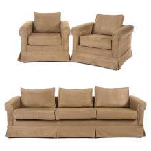 Sala. S. XX. Estructura de madera. Con tapicería sintética color beige, tipo gamuza. Consta de: sofá de tres plazas, otros. Piezas: 3