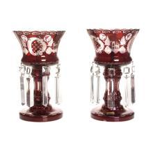 Par de lámparas de mesa. Checoslovaquia. Siglo XX. Estilo victoriano. Elaboradas en cristal de Bohemia, color granate. Marca Egermann.