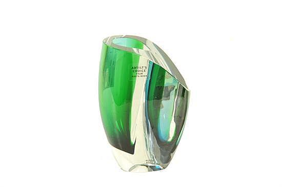 Göran Wärff (Suecia, 1933) Florero. Elaborado en cristal transparente y verde. Diseño irregular para Kosta Boda. Origen sueco. Firmado