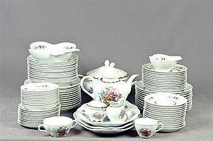 Servicio abierto de vajilla. Origen español. Elaborado en porcelana Bidasoa. Decorado con motivos florales. Piezas: 123