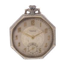 Reloj de bolsillo. Marca Winsor. Caja de acero, corona de cebolla. Carátula crema con índices de números arábigos. Funcional