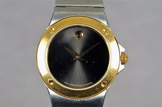 Reloj para dama. Origen suizo. Marca Movado. En acero. Mecanismo de cuarzo, sin batería. Diseño con caja circular, bisel dorado.