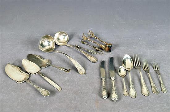 Lote de cubertería. En acero y alpaca. Diferentes tamaños y diseños. Consta de: tenedores para carne, otros. 130 piezas.