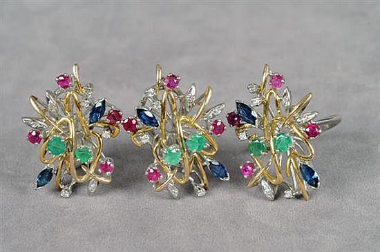 Juego de anillo y par de aretes cortos. Medida 5 1/2. En oro de 14k y paladio. Diseño con rubíes, zafiros, esmeraldas y brillantes.