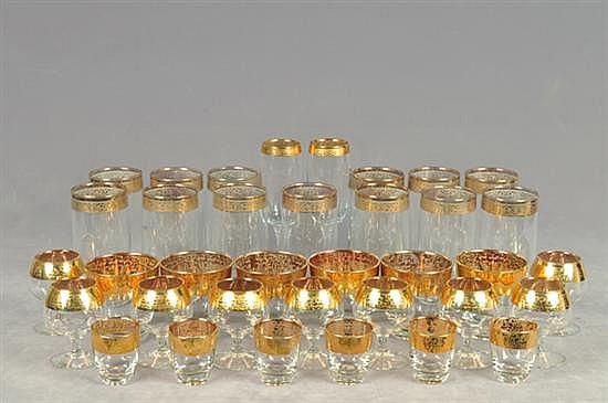Lote de copas y vasos. En vidrio. Diferentes tamaños y diseños. Decorado con motivos vegetales. Con esmalte dorado en bordes. Piezas 50