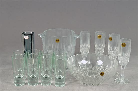 Lote de cristal y vidrio. Diferentes tamaños, orígenes y diseños. Consta de: hielera, frutero, 4 copas para champagne, otros. 15 pz.