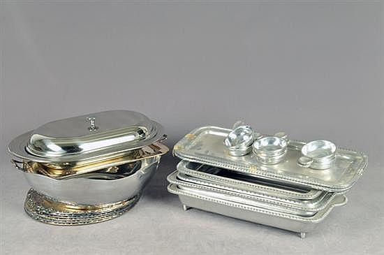 Lote de metal plateado y pewter. Diferentes tamaños y diseños. Consta de: 4 porta-refractarios, 6 catavinos, otros. Piezas: 21