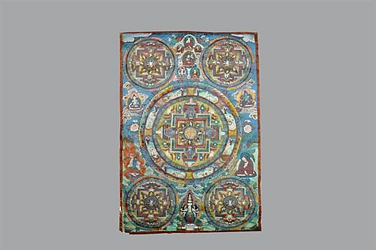 Tanka. Origen oriental. Elaborado en tela policromada. Diseño rectangular. Decorado con mándalas y escenas de deidades.