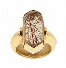 A 14K GOLD AND RUTILE QUARTZ CRYSTAL DESIGNER RING