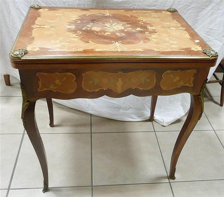 Table à jeu en bois marqueté à décor de feuillage Plateau p