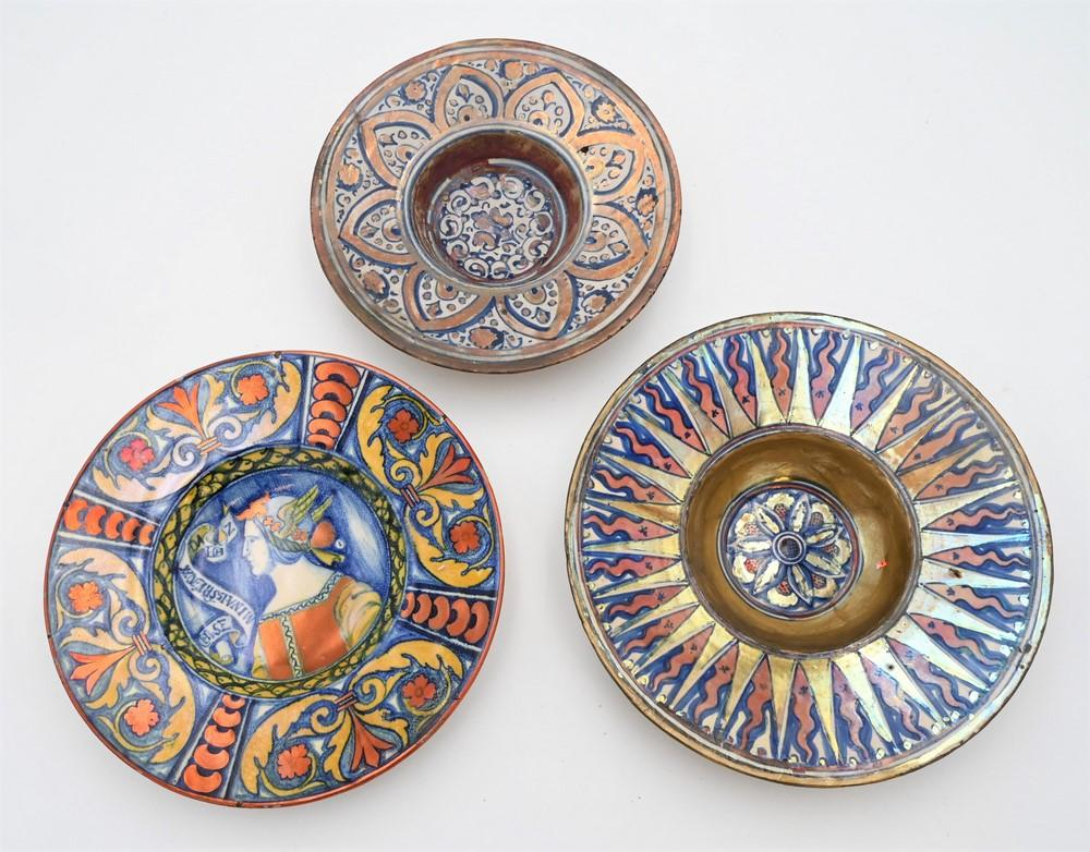Four Piece Polychrome Pottery Lot to include italian Majolica Tondo, probably Deruta, having gilt and painted flaming triangles st...