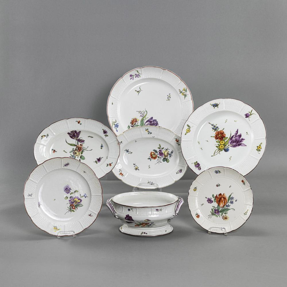 A MIXED LOT OF 4 DISHES, 2 PLATES AND A TUREEN BOWL