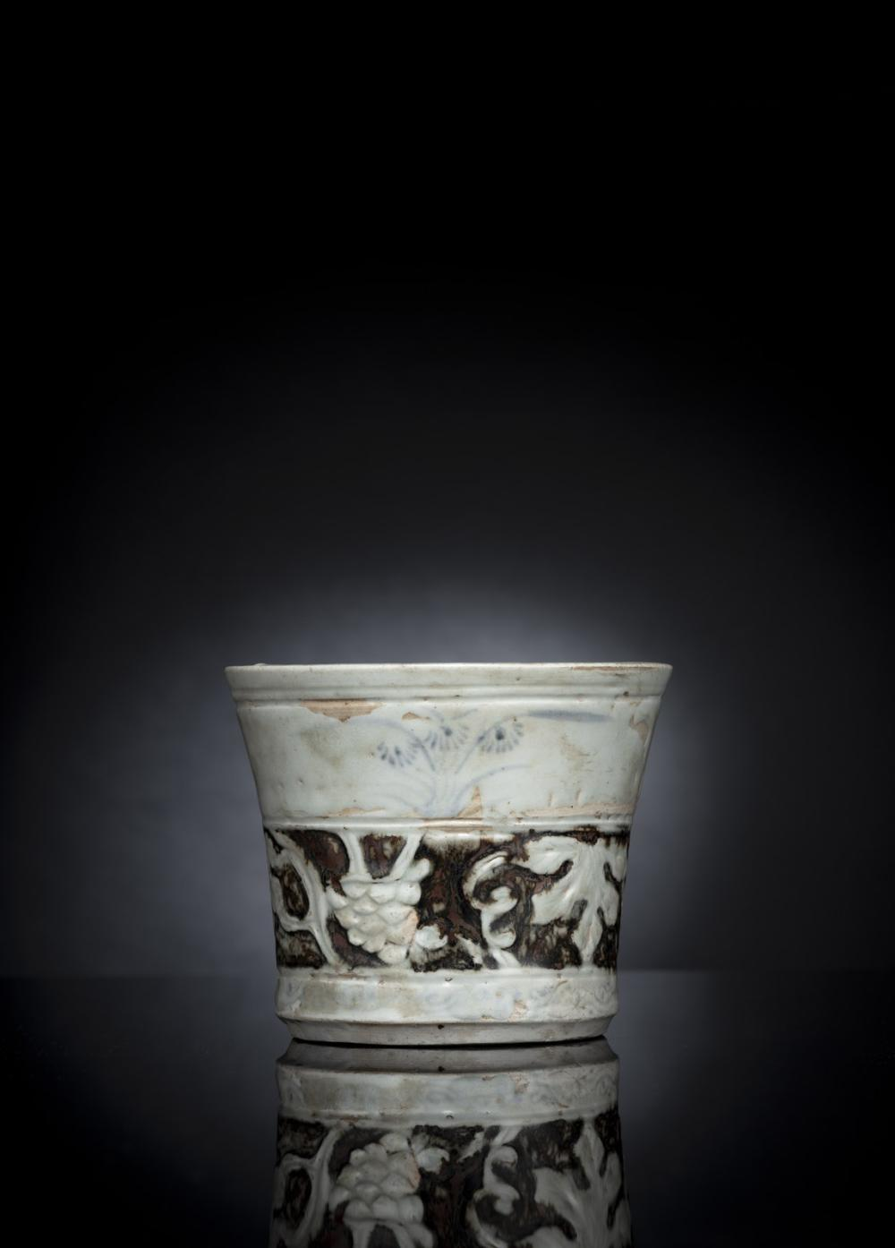 A FINE AND RARE PORCELAIN BRUSHPOT WITH MOLDED GRAPEWINE AND LEAF DECORATION AND DETAILS IN IRON-BROWN AND UNDERLAZE BLUE