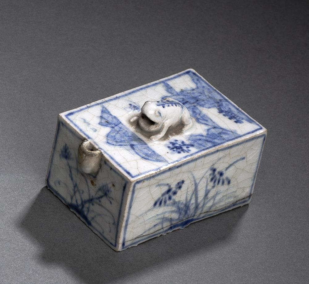 AN PORCELAIN WATER DROPPER DECORATED WITH FLOWERS AND A LANDSCAPE AND A FROG-SHAPED HANDLE