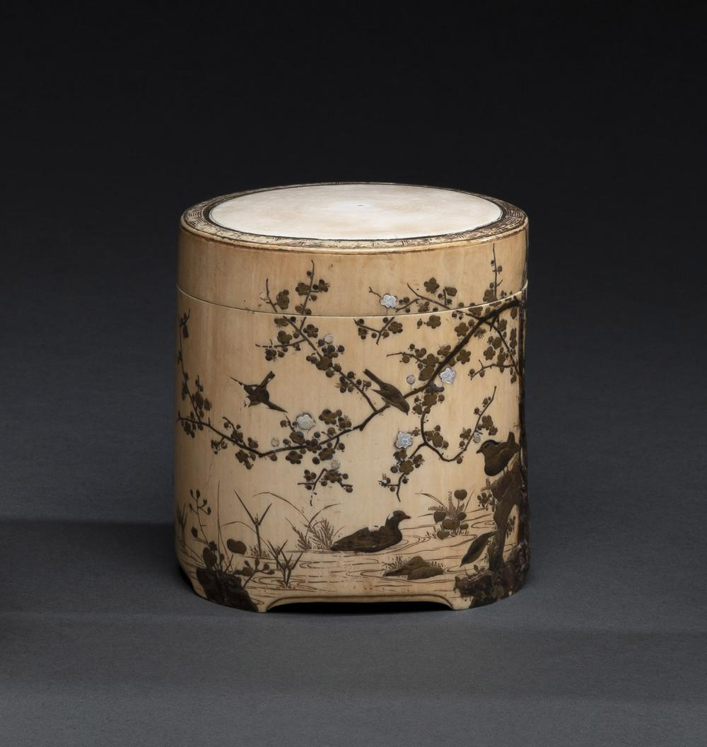 A FINELY CARVED PEONIES AND CHRYSANTHEMUM IVORY BOX AND COVER