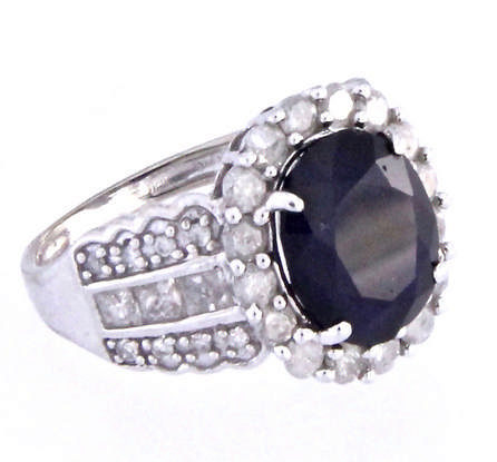 An 18k white gold ring with a sapphire and diamond