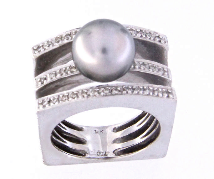 An 18k withe gold ring with diamonds and a grey cultured pearl.