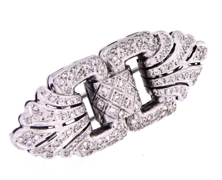 An 18k white gold brooch with diamonds