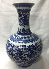 CHINESE PORCELAIN BLUE AND WHITE ESTOW VASE