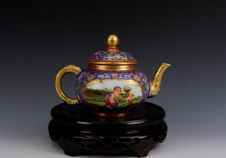 CHINESE PORCELAIN FAMILLE ROSE GOLD PAINTED TEA POT