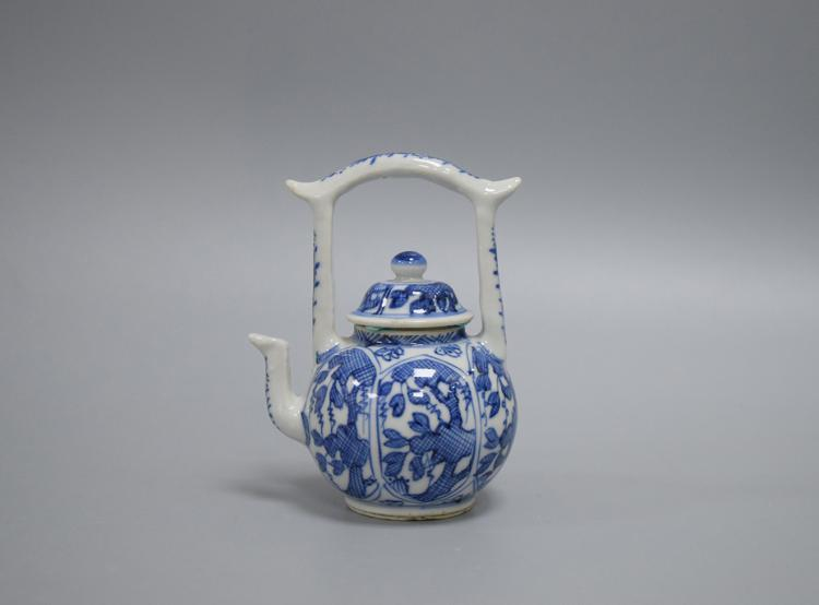 CHINESE PORCELAIN OF BLUE AND WHITE TEA POT
