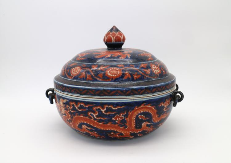 CHINESE PORCELAIN OF RED GROUND BLUE AND WHITE DRAGON LIDDED BASIN