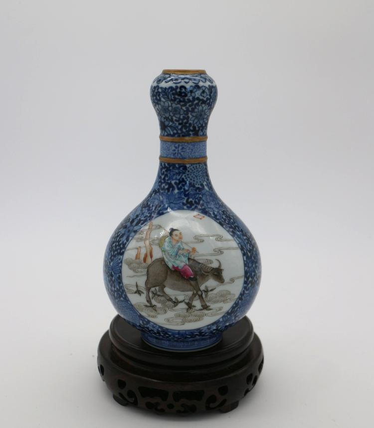 CHINESE PORCELAIN OF BLUE GROUND FAMILLE ROSE VASE