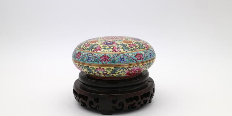 CHINESE PORCELAIN OF FAMILLE ROSE LIDDED BOX