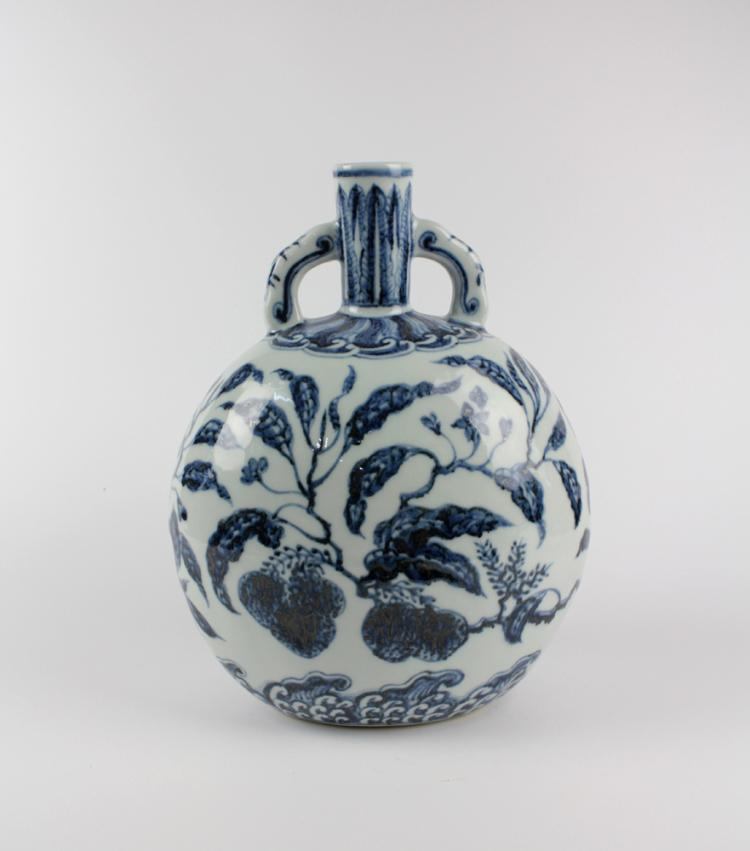 CHINESE PORCELAIN BLUE AND WHITE MOONFLASK FLATTEN VASE