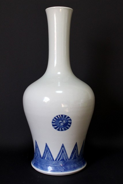 CHINESE PORCELAIN BLUE AND WHITE BELL VASE