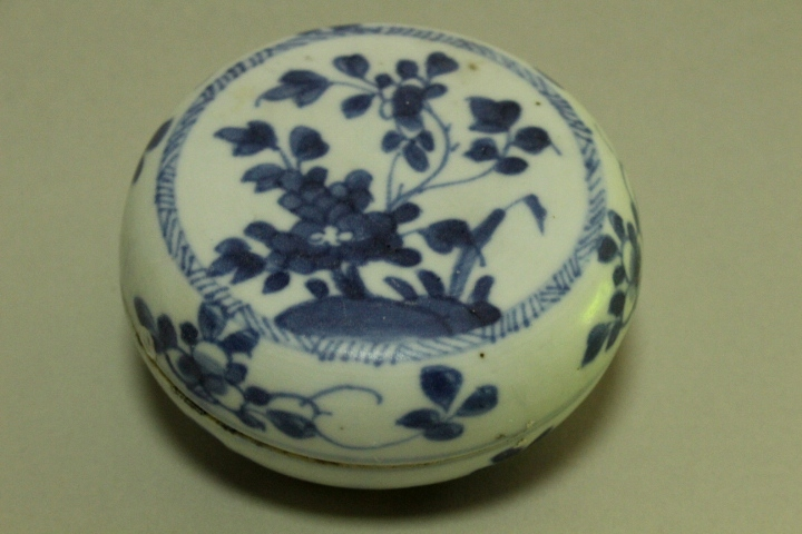 CHINESE PORCELAIN BLUE AND WHITE POWDER BOX