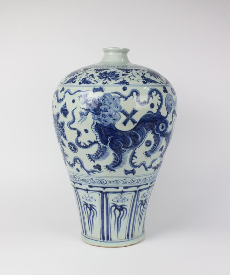 CHINESE PORCELAIN BLUE AND WHITE BREAST MEIPING VASE