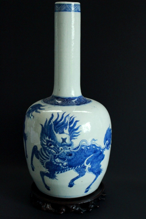 CHINESE PORCELAIN BLUE AND WHITE LONG NECK VASE
