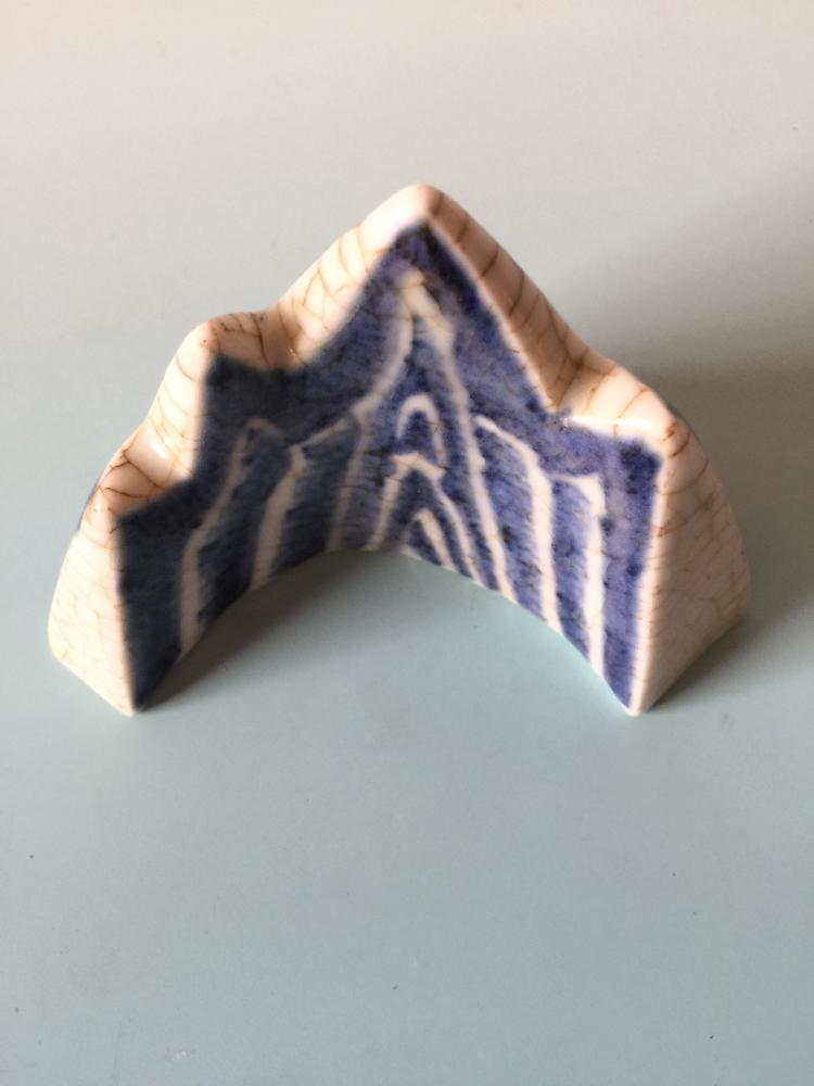 CHINESE PORCELAIN BLUE AND WHITE BRUSH HOLDER