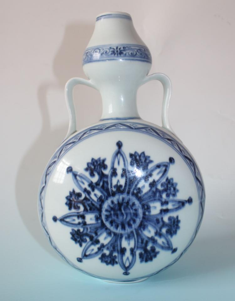 CHINESE PORCELAIN BLUE AND WHITE MOONFLASK FLATTEN GOURD VASE