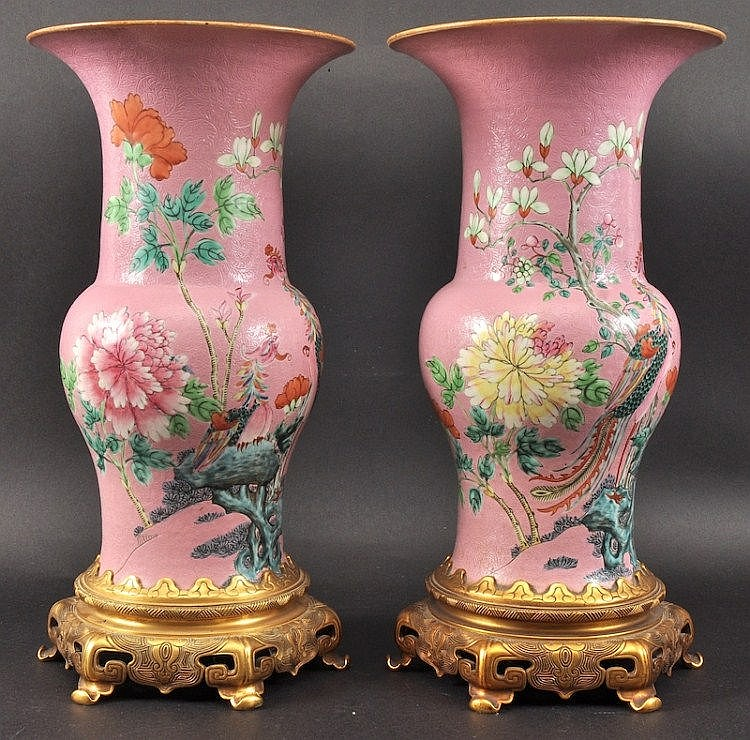 A LOVELY PAIR OF 19TH CENTURY CHINESE PORCELAIN