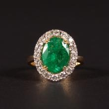 A SUPERB 18CT YELLOW GOLD, EMERALD AND DIAMOND CLUSTER RING.