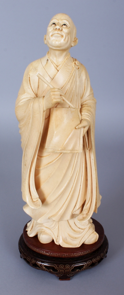 281315de6 A GOOD LARGE LATE 19TH EARLY 20TH CENTURY CHINESE IVORY CARVING OF A  STANDING SCHOLAR