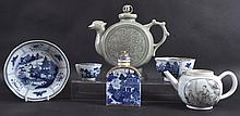 AN 18TH CENTURY CHINESE EXPORT PORCELAIN TEAPOT