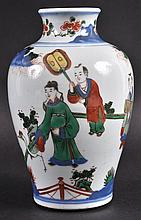 A CHINESE QING DYNASTY WUCAI PORCELAIN VASE